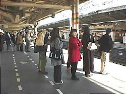 Suasana Antrian Pengguna Kereta Di Stasiun Di Jepang