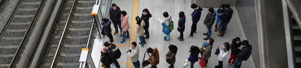 Antrian Pengguna Kereta Di Stasiun Kereta Di Jepang
